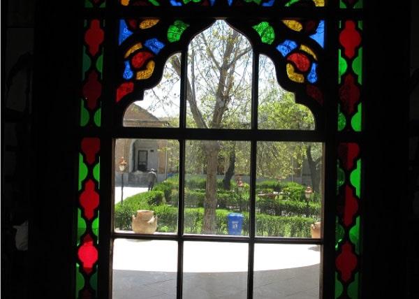پنجره با شیشه های رنگی